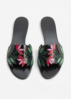 Your guide to everything about the beautiful summer sandals on offer right now , Mules Shoes, Shoes Sandals, Flat Sandals, Flat Shoes, Shoes Sneakers, Look Fashion, Fashion Shoes, Runway Fashion, Fashion Trends