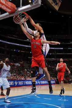 Blake Griffin #32 of the Los Angeles Clippers dunks against Linas Kleiza