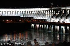 Represa de Itaipu. Larepresa hidroeléctrica de Itaipú(delguaraní, 'piedra que suena'), es una empresa binacional entreParaguayyBrasil, en su frontera sobre elrío Paraná.