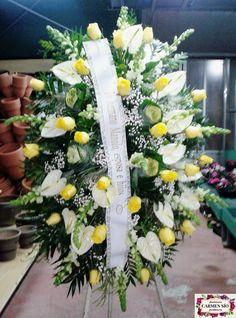 Ramo de defunción para colgar con antirrhinum Potomac white, rosas Jupiter, anturium Acropolis, brassicas White Crane, paniculata y verdes variados.