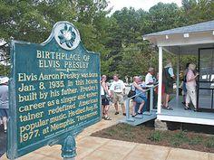 La modesta casa natal de Elvis, en Tupelo, recibe permanentemente a sus fans.