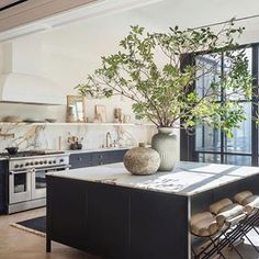 Photo shared by Vivir Design on April 2020 tagging and Image may contain: indoor via Deco Design, Küchen Design, Kitchen Interior, Kitchen Decor, Eclectic Kitchen, Condo Kitchen, Stylish Kitchen, Room Kitchen, Beautiful Kitchens
