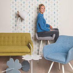 Stoelen, salon of barstoelen nodig? Groot aanbod hiervan te vinden bij BE-Okay!•Nieuwe #collectie ! 💜Bekijk ons magazine op be-okay.be! 👈🏻•••#be_okay_youngliving #be_okay #decoratie #decoration #beokay #becool #besmart #interior #deco•Model: @emma.vancoillie Young Living, Love Seat, Diy, Concept, Couch, Groot, Chair, Design, Furniture