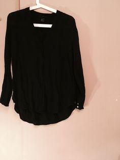 Czarna koszula H&M H&M z mojej szafy! Rozmiar 38 / 10 / M za 10.00 zł. Zobacz: http://www.vinted.pl/damska-odziez/koszule/17772881-czarna-koszula-hm.