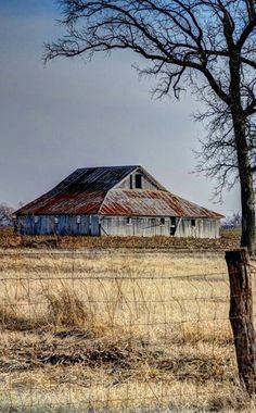 Old Farm Barn** - such a peaceful scene. Takes me back to childhood. Country Barns, Old Barns, Country Living, Country Roads, Cabana, Barn Pictures, Barns Sheds, Farm Barn, Old Farm Houses