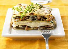 Lasagnes aux champignons. Pour préparer cette recette de lasagnes aux champignons, il vous faudra : des champignons (Paris, chanterelles etc...), des échalotes, du lait ½ écrémé, de la crème liquide, du beurre, de l'emmental râpé, de la farine, du Porto, des feuilles de lasagnes précuites.
