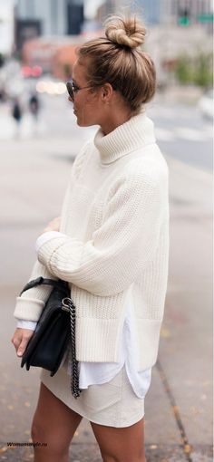 Turtle neck off white knit sweater with mini skirt Casual Look, Look Chic, Casual Fall, Fall Winter Outfits, Autumn Winter Fashion, Winter Clothes, Look Fashion, Fashion Outfits, Fashion Tips