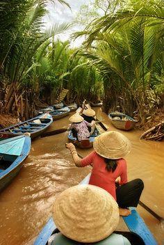 Une excursion sous l'ombre des cocotiers #Bentre #vietnam est une des activités les plus aimés. Une femme portant le chapeau conique est devenue une image typique ici. Merci Dash of Oars pour cette belle photo. À découvrir: https://www.amica-travel.com/vietnam-sites-a-decouvrir/sud-vietnam/ben-tre