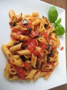 Diet Light Pasta Recipe: aubergine and tomato sauce  Ricettta - Pasta leggera per la dieta: penne con sugo di melanzane e pomodoro