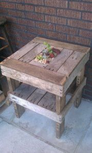 Pallet side table-I am gonna have to do this to add to my pallet patio table! Pallet Crafts, Pallet Projects, Home Projects, Wood Crafts, Diy Pallet, Pallet Ideas, Pallet Patio, Outdoor Pallet, Indoor Outdoor