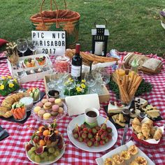 Picnic Ideas Discover untitled Its Picnic Season! Romantic Picnic Food, Picnic Date Food, Picnic Time, Summer Picnic, Picnic Parties, Spring Summer, Romantic Dinners, Beach Picnic Foods, Healthy Picnic Foods