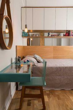 Decoração de apartamento contemporâneo e leve. No quarto tons neutros, madeira, espelho redondo, prateleira com adornos, pendente, mesa verde, cadeira verde.    #decoracao #decor #details #casadevalentina