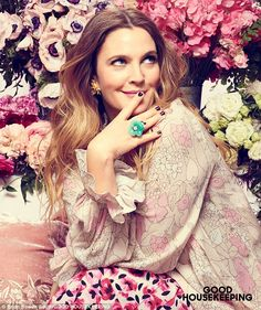 drew barrymore Drew Barrymore in the cover story of May 2016 Good Housekeeping issue in all FLOWER Beauty. Drew Barrymore 90s, Barrymore Family, Drew Barrymore Style, Camila Morrone, Good Housekeeping, Schmuck Design, Spice Girls, Style Icons, Hair Clips
