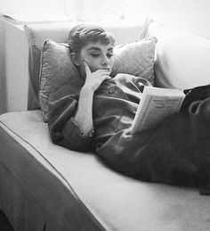 reading a book - audrey hepburn Audrey Hepburn Mode, Aubrey Hepburn, Audrey Hepburn Photos, Good Books, Books To Read, Actrices Hollywood, Woman Reading, Girl Reading Book, Book Aesthetic