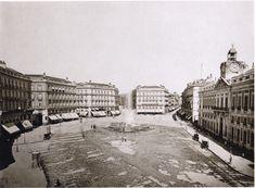 En esta foto vemos ya la Puerta del Sol completada tras la reforma. Al fondo, en 1864, se ha instalado el primer hotel de lujo de Madrid: el Gran Hotel de Paris.