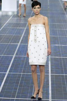 Recto, de escote barco y reminiscencias 60's, este little white dress de Chanel PV2013 con perlas bordadas nos sirve de inspiración.