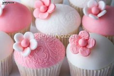 http://www.lemienozze.it/operatori-matrimonio/trucco_e_acconciatura/make-up-artist-torino/media/foto/7  Minicake rosa e bianchi per il matrimonio