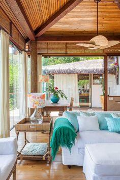 Uma casa colorida e acolhedora no alto de uma encosta em Ilhabela. Confira dicas despretensiosas de decoração em ambientes inspiradores.