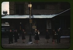 IlPost - Pendolari appena scesi dal treno, in attesa dell'autobus a Lowell, Massachusetts, nel gennaio del 1941.