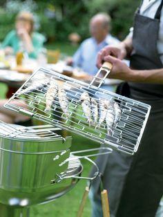 Met dit barbecuerooster draai je vis en vlees in één keer om. Handig! #bbq