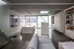 muebles bajos en una cocina abierta al salón  - Cómo disimular los techos bajos