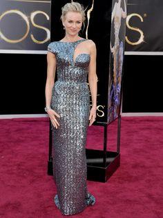 Naomi Watts se alejó de la tendencia nude en los Oscar y nos sorprendió con su atrevida apuesta: un vestido plata glitter, 'second skin' con original escote asimétrico de Giorgio Armani Privé.