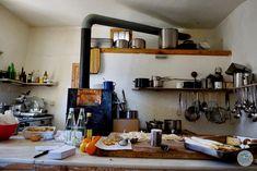"""Mit Servus TV mit dabei bei den Dreharbeiten von Heimatleuchten. Dies ist die Küche im Hause BRIOL in Südtirol. Das Format """"Heimatleuchten"""" setzt auf ein neues Heimatgefühl – Altes trifft auf Neues, Tradition auf Innovation und Brauchtum auf Moderne. Und das wird umrahmt von wunderschönen Aufnahmen, spektakulären Bildern und berührenden Lebensgeschichten.  #suedtirol #servustv #briol #urlaub #wandern #hierwohntdasglueck #tradition #ausflug #carinthia #kärnten #blog Servus Tv, Floating Shelves, Modern, Innovation, Blog, Home Decor, Europe Travel Tips, Nice Apartments, Homes"""