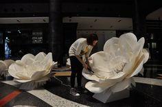 """231 Likes, 3 Comments - 日本初のジャイアントペーパフラワー専門アトリエ (@petaldesign.jp) on Instagram: """"グランフロント大阪制作風景 #petaldesign #グランフロント #グランフロント大阪 #ジャイアントフラワー #ジャイアントペーパーフラワー #フォトブース #フォトプロップス #クリスマス…"""""""
