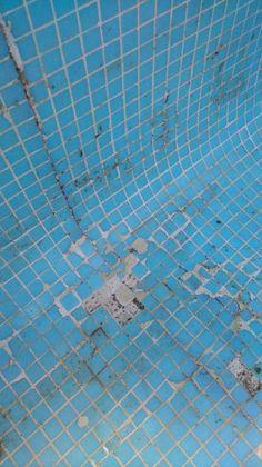 Algunas de las ventajas de este sistema respecto a otros son: Garantía de funcionamiento. Las láminas de impermeabilización convencionales, sufren daños por los efectos de dilatación del hormigón, rompiéndose o soltándose en muchas ocasiones, y dejando de realizar su función. Este sistema no sufre los efectos de la dilatación, ya que absorbe movimientos de la estructura al estar el producto en el interior del hormigón.