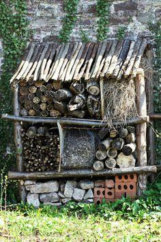 INSEKTHOTEL / INSECT HOTEL. Gemmesteder til de nyttige insekter.