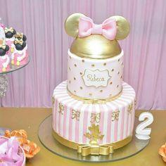bolo fake minnie Realeza #bolofakeminnie #bolominnie #festaminnie #minnie Mini Mouse Birthday Cake, Birthday Cake Roses, 1st Birthday Cake For Girls, Minnie Mouse First Birthday, Baby Birthday, Bolo Fake Minnie, Minnie Cake, Mickey Mouse Cake, Birthday Party Decorations