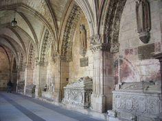 Catedral de Burgos, siglo XIII. Interior del claustro. Las estatuas de reyes y obispos ocupan los nichos, en un intento por ligar la catedral con la corona castellana.