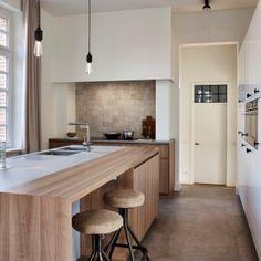 Vlassak Verhulst villabouw hedendaags moderne keuken hout zellige tegeltjes smeedijzer grohe minta