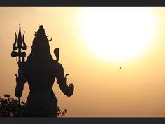 Lever de soleil sur l'immense statue du dieu Shiva érigée à l'entrée de la ville de Haridwar, dans l'Uttaranchal Pradesh (Inde).