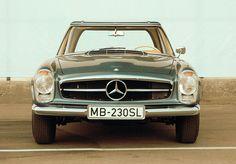 Die Vorstelltung des Mercedes-Benz 230 SL sorgte damals auf dem Automobil-Salon Genf im März 1963 für grosses Aufsehen: Neun Jahre nach der Vorstellung der Sportwagen 300 SL (W 198) und 190 SL (W 121) zeigte Mercedes-Benz der Fachwelt den gemeinsamen Nachfolger dieser beiden erfolgreichen frühen SL-Typen.
