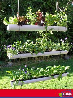 """¿Quién dijo que con los materiales para la construcción no se puede hacer un jardín?  Construye tu jardín vertical a partir de tubos de 4"""" de PVC para instalar en la pared o como maceteros colgantes. Excelente idea para disfrutar de un huerto urbano si tienes un patio o terraza."""