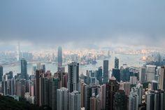 """Victoria Peak in Hongkong. Die chinesische Metropole hat 7 Millionen Einwohner und jede Menge Superlative. Hier gibt es etwa die längste Rolltreppe der Welt, die höchste Bar und den größten freistehenden Buddha. Ich erzähle euch im Reiseblog von einigen Superlativen, die ich in Hongkong auf den """"Wow""""-Faktor überprüft habe."""