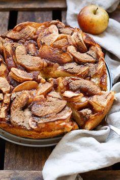 Saftiger Apfelkuchen mit Apfelmus, Äpfeln, Dinkelmehl und Zimt. Leichter als normaler Apfelkuchen und super saftig. Perfekt für Apfel-Zimt-Liebhaber!
