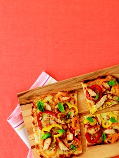 Sweet Pepper Flatbread Pizza This tasty recipe is great when tummies are rumbling and you need to whip up something quick. You can put kids in charge of assembly while you chop. Healthy Breakfast Recipes, Lunch Recipes, Easy Dinner Recipes, New Recipes, Soup Recipes, Favorite Recipes, Pizza Recipes, Paleo Pizza, Pizza Pizza