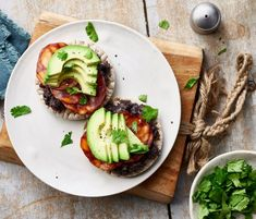 Discover a new way to enjoy avocados; you'll love this spicy recipe. This recipe is high in protein of the energy in this recipe comes from protein). High Fiber Foods, Spicy Recipes, Chorizo, Coriander, Black Beans, High Protein, Avocado Toast, Meals, High Fibre