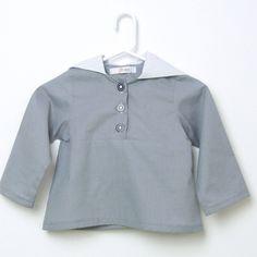 Blouse grise à capuche blanche et manches longues. Unisexe. 2 ans à 6 ans.