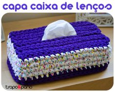 """Capa """"mimosa roxo bolinhas"""", feita em crochet com trapilho."""
