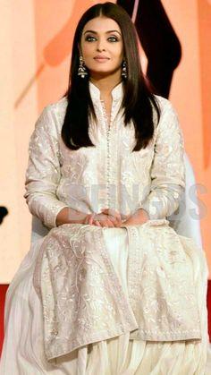 Aishwarya Rai Cannes, Aishwarya Rai Photo, Aishwarya Rai Bachchan, Most Beautiful Women, Beautiful People, Scorpion, Indian Girls, Pakistani, Desi