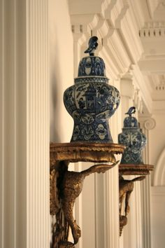 Splendid Sass: CHINOISERIE AND BLUE AND WHITE ~ love the brackets.