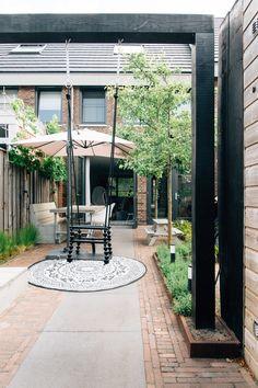 Pergola schommel maken voor een kindvriendelijke en kleine tuin Small Courtyard Gardens, Small Courtyards, Outdoor Gardens, Back Garden Design, Yard Design, Small Garden On A Budget, Dream Garden, Home And Garden, Small Garden Landscape
