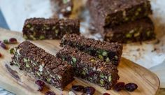 No Bake Chocolate and Nuts Oatmeal Bars by greek chef Akis. Delicious, gluten free, dairy free, rich with nutritious nuts and chocolate. Vegan Snacks, Healthy Treats, Snack Recipes, Dessert Recipes, Confectionery Recipe, Protein Desserts, Oatmeal Bars, Dairy Free Recipes, Vegan Recipes