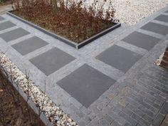 Mooie combinatie voor paden met basalt tegels 60x60x2.5 cm en hardsteen waalformaat 5x5x20 cm. Borders zijn opgesloten met hardsteen banden 5x15x100 cm. Materialen afkomstig van stones 4u