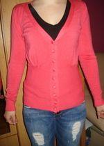 różowy sweterek zapinany na guziki, długi rękaw z dekoltem