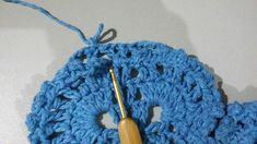 TAPETE RETANGULAR RENDADO EM CROCHÊ COM PASSO A PASSO Crochet Projects, Diy And Crafts, Crochet Earrings, Base, Blue Carpet, Crochet Rug Patterns, Crochet Stitches For Beginners, Bedspreads, Needlepoint