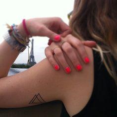 現在、海外の女の子の間では手や指、手首などに小さいタトゥーを入れるのが流行っています。そのデザインはハートや文字が多いのですが、今回はじわじわときているデザイン「ジオメトリックタトゥー」をご紹介♡
